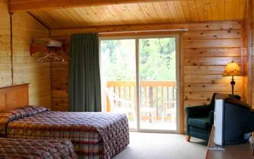 A bed or beds in a room at Denali Grizzly Bear Resort