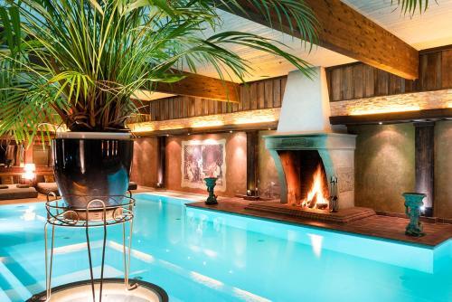 Der Swimmingpool an oder in der Nähe von Wellnesshotel Seeschlößchen - Privat- Spa & Naturresort