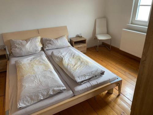 Ein Bett oder Betten in einem Zimmer der Unterkunft Ferienwohnungen Jakobsberg