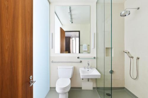 A bathroom at Sonder l Chambers