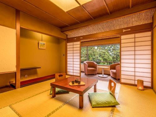 A seating area at Yukai Resort Yamanaka Grand Hotel
