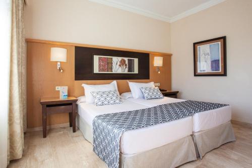 Un ou plusieurs lits dans un hébergement de l'établissement Grupotel Nilo & Spa