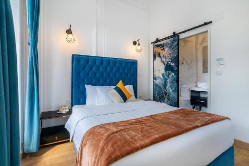 A bed or beds in a room at Lisbon 5 Hotel