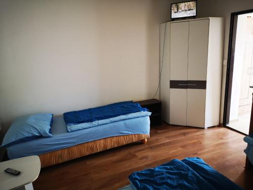 A bed or beds in a room at Byt pre 8 ľudí