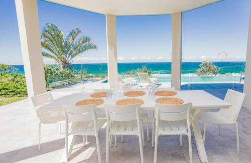 A restaurant or other place to eat at Castaways Beach Escape