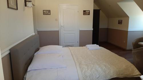 Łóżko lub łóżka w pokoju w obiekcie Sepia Restauracja & Noclegi