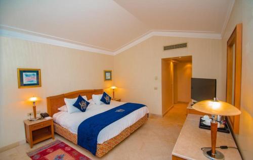 Een bed of bedden in een kamer bij Ecotel Dahab Bay View Resort