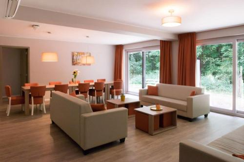 A seating area at Holiday Suites Houthalen-Helchteren