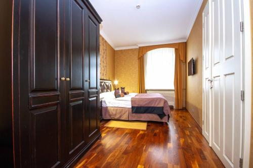 A bed or beds in a room at Luxury apartments in the historical building in the heart of Old Town
