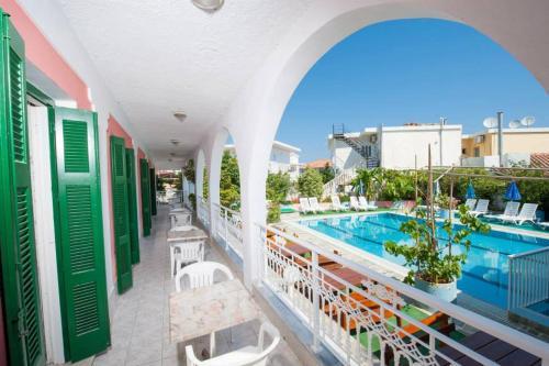 Vista sulla piscina di Villa Krina o su una piscina nei dintorni