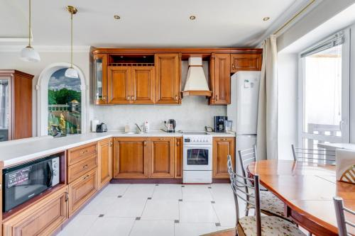 A kitchen or kitchenette at Simply Comfort. Modern Townhome with Sauna