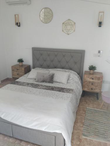 Un ou plusieurs lits dans un hébergement de l'établissement Melanos Residence 2 bdrm townhouse with private pool