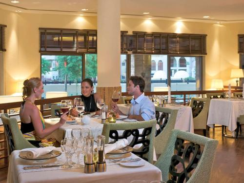 A restaurant or other place to eat at Mövenpick Resort & Spa Tala Bay Aqaba