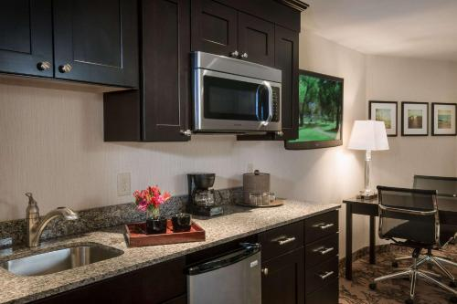 A kitchen or kitchenette at Port Inn & Suites Kennebunk, Ascend Hotel Collection