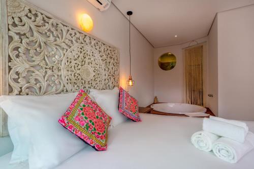 A bed or beds in a room at Hotel Vila Kebaya