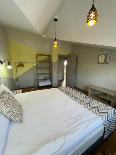Кровать или кровати в номере Berloga apartment