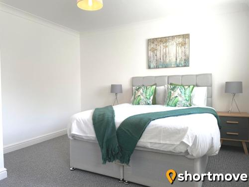 A bed or beds in a room at SHORTMOVE - Contractors, 3 bed, Kitchen, Wifi, Garden