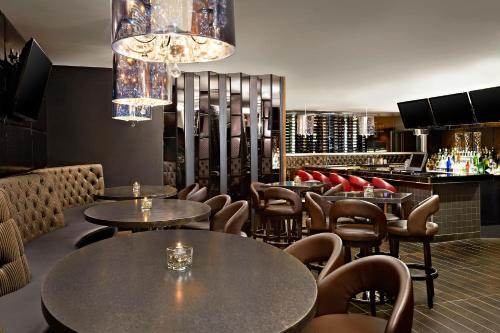 The lounge or bar area at Four Points by Sheraton Hotel & Suites Calgary West