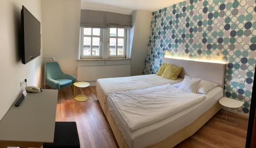 A bed or beds in a room at Hotel am Torturm