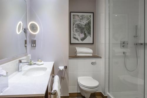A bathroom at DoubleTree by Hilton Edinburgh Airport