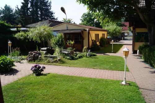 Ein Garten an der Unterkunft Pension zum Holzpantoffelmacher & Schauhandwerkspension