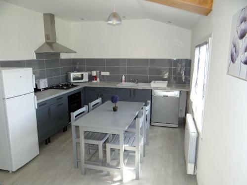Cuisine ou kitchenette dans l'établissement Gîte Lacrabe, 3 pièces, 4 personnes - FR-1-360-332