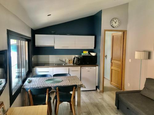 Cuisine ou kitchenette dans l'établissement Maison d'hôtes Côté Saône