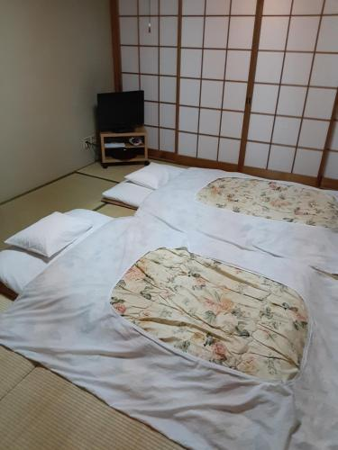 A bed or beds in a room at 鴨東旅館Ryokan OHTO