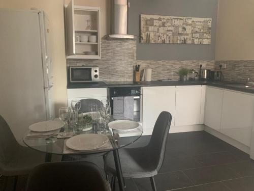 A kitchen or kitchenette at Absolute Stays on Mansfield