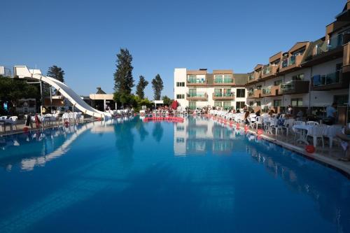 Бассейн в Monna Roza Garden Hotel или поблизости
