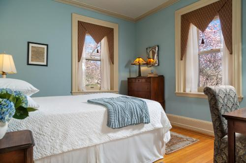 A bed or beds in a room at Cornerstone Bed & Breakfast