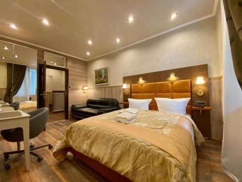 """A bed or beds in a room at Golden GaPa """"Gasthof zum Lamm"""""""