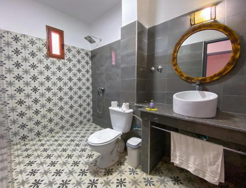 A bathroom at Hotel Riad Amlal