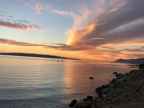 Východ nebo západ slunce při pohledu z apartmánu nebo okolí