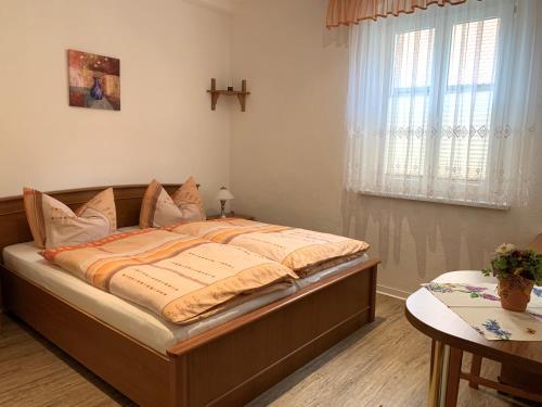 Ein Bett oder Betten in einem Zimmer der Unterkunft Ferienwohnung am Malerweg