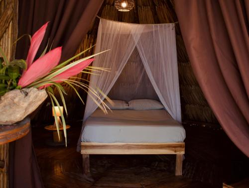 A bed or beds in a room at Los Hermanos Beach Hostal