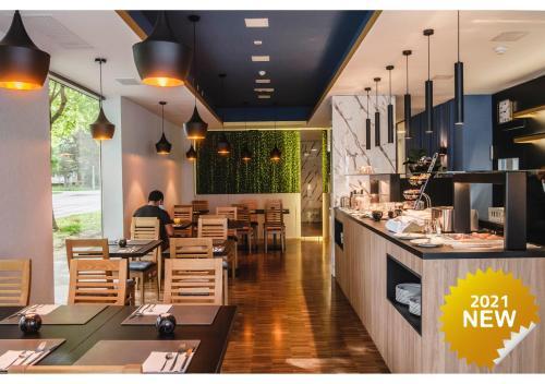 Een restaurant of ander eetgelegenheid bij Hotel Jarun