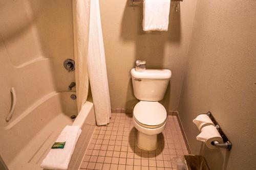 A bathroom at MorningGlory Hotel, Resort & Suites