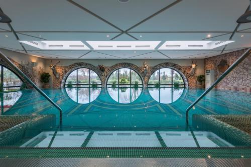 Бассейн в Old House Resort & SPA Отель или поблизости