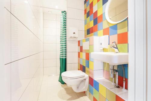 A bathroom at Hans Brinker Hostel Amsterdam