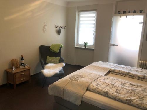 Ein Bett oder Betten in einem Zimmer der Unterkunft Ferienwohnungen Eberhard, Altes Winzerhaus