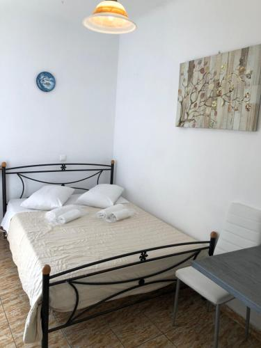 A bed or beds in a room at Lefteris Traditional Rooms
