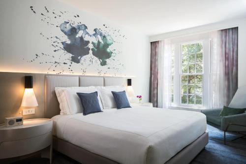 Cama o camas de una habitación en Kimpton Lorien Hotel & Spa, an IHG Hotel
