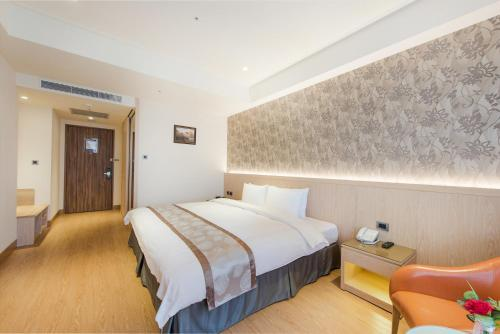 A bed or beds in a room at HE TI Hotel