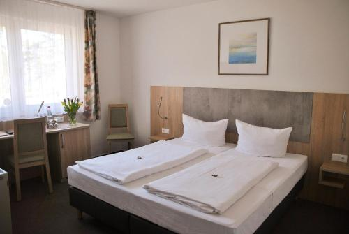 A bed or beds in a room at Hotel Garni Meeresblick