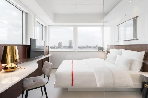 A bed or beds in a room at Ruby Luna Hotel Dusseldorf
