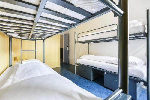 A bunk bed or bunk beds in a room at Hans Brinker Hostel Amsterdam