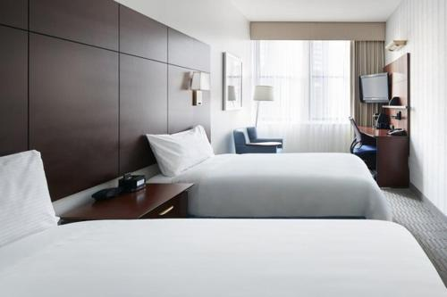 A bed or beds in a room at Club Quarters Hotel in Boston