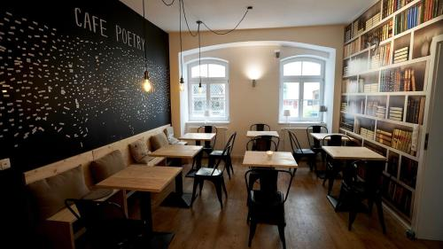 A restaurant or other place to eat at Old Kings Fuessen Design Hostel