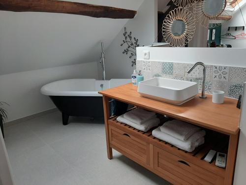 Salle de bains dans l'établissement La Ferme du Moulin - SPA et Piscine